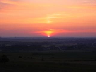 Sonnenaufgang gegen 5.04 Uhr. Rechts oberhalb ist die Sonne durch den Mond verdeckt.