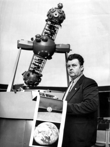 "Karl Kockel vor dem ""Spacemaster"" Projektor (1978)"
