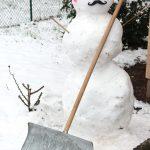 Schneemann mit Schneeschippe