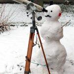 Schneeman mit Teleskop
